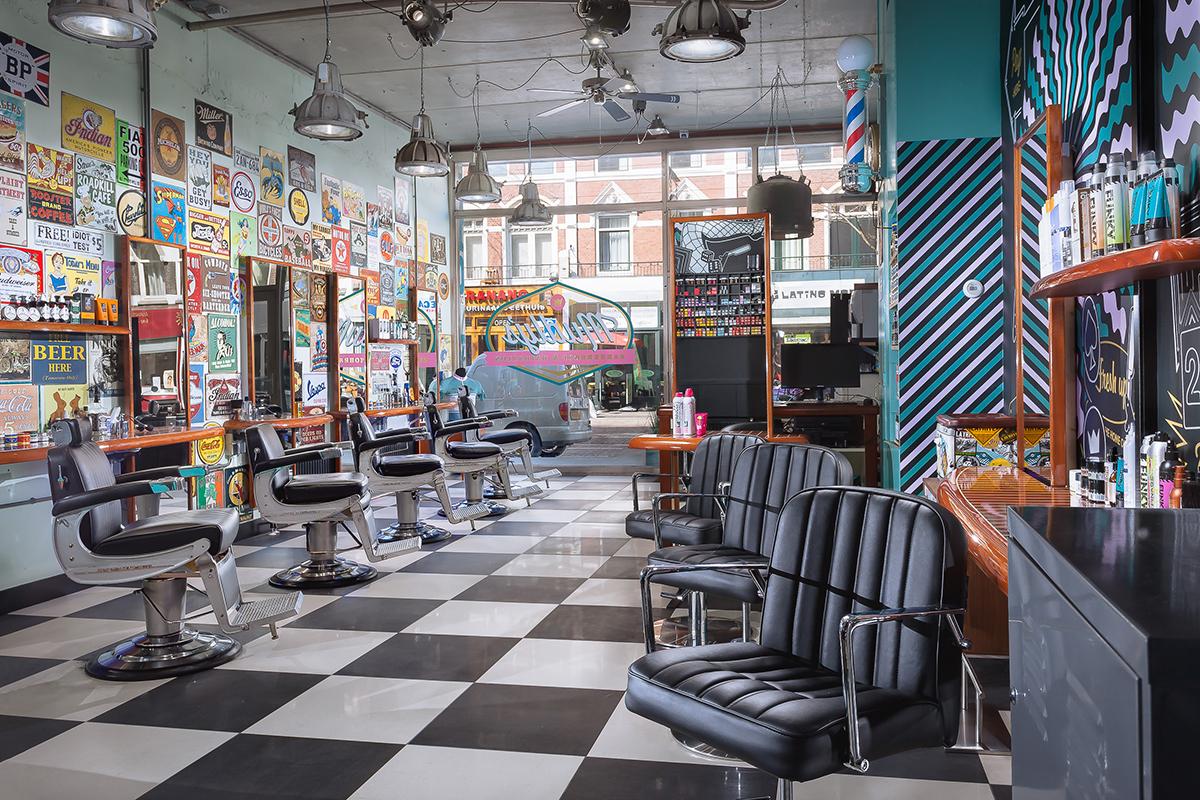 Mudly's Barbershop – Shop kijkend naar raam